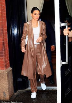 Kendall Jenner puts on showstopping display in statement-making trench coat Kendall Jenner News, Look Kylie Jenner, Kendall Jenner Outfits, Kylie Jenner Bags, Mode Outfits, Trendy Outfits, Fashion Outfits, Fashion Boots, Kardashian