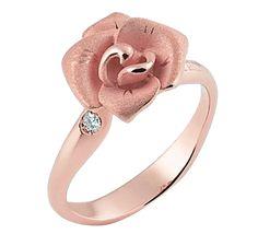Благородная роза – цветок, который вдохновил многих творцов на создание шедевров искусства. Это символ совершенной красоты, который хранит в себе секрет чувственной и страстной любви. Королевский цветок принято дарить королеве своего сердца. Золотая роза с бриллиантами – лучший подарок для прекрасной леди.