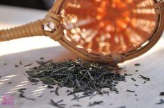 Jade Needle to chińska herbata zielona, zbierana wczesną wiosną. Sposób uprawy sprawia, że herbaciane liście mają wyższą zawartość chlorofilu, dzięki czemu mają intensywną, ciemnozieloną barwę oraz niższą zawartość taniny. Herbata jest zwijana w kształt cienkich igiełek, napar na jasnozielony odcień oraz delikatny, słodkawy smak. #herbata #tea #zdrowie #fitness #prezent