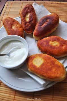 Szybkie smażone bułeczki z farszem ziemniaczanym. Przepis na rosyjskie pirojki, ale ten typ dania jest znany i w Polsce.