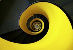 spiraltreppe in gelb und schwarz