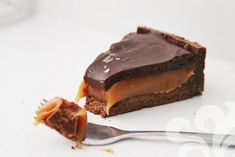 Bild på Salted caramel chocolate tart Salted Caramel Chocolate Tart, Chocolate Caramels, Deserts, Mat, Sweet, Food, Caramel, Candy, Chocolate Kisses