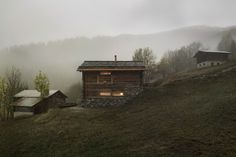 Transformation d'un mayen sur les hauts de bruson en valais par le bureau www.alparchitecture.ch  #architecture #mayen #renovation #transformation #alparchitecture #bois #facade #nature #isolee #design #chalet #wood #moutain #verbier #best #christophevoisin #lechable #raccard #valais #ski #bois #madrier #ardoise #eclairage #nature Chalet Style, Ski Chalet, Swiss Ski, Architecture, Tiny House, Skiing, Nature, Facade, Mountains