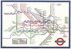 Évolution du plan de métro de Paris : du plat de spaghetti à la cité futuriste  Le design de plan de métro est loin d'être une simple affaire de lignes de couleurs géolocalisées. En bon casse-tête, il a fait suer bien des urbanistes depuis plus d'un siècle. Voici un concentré d'évolution du plan de métro de Paris et d'ailleurs, dans lequel on parlera aussi de spaghetti, de bière et de cités futuristes.  Paris Map Subway Métro City carte graphic design…