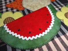 Fet a mà, amb el cor Hand Embroidery Patterns Flowers, Crochet Patterns, Diy Arts And Crafts, Fall Crafts, Dish Towel Crafts, Quilting Projects, Sewing Projects, Childrens Rugs, Place Mats Quilted