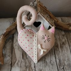 felt creations Chat en tissu beige a accrocher partout Chat en tissu beige a accrocher partout Felt Decorations, Valentine Decorations, Valentine Crafts, Valentines, Small Sewing Projects, Sewing Crafts, Felt Christmas Ornaments, Christmas Crafts, Diy And Crafts