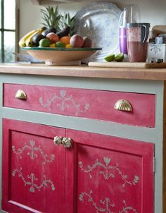 Janice Issitt, an Annie Sloan Painter in Residence, redid the kitchen in her English country cottage. She mixed her own custom Chalk Paint® colors for a clashing hot pink and cool green for her cabinet. She then stenciled the drawer front and doors with the Annie Sloan Freya stencil. Feature in Canadian Home Trends.