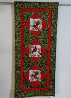 Incredible table runners longer than 100 inches that will impress you Quilted Table Runners Christmas, Christmas Runner, Table Runner And Placemats, Table Runner Pattern, Patchwork Table Runner, Christmas Wall Hangings, Christmas Table Decorations, Christmas Tables, Christmas Quilt Patterns