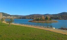 El lago de Pareja posee un embarcadero, una playa artificial, casetas de observación de fauna y un carril bici en su perímetro.