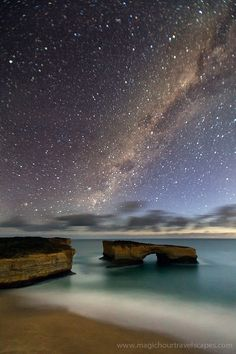 Milky Way, Great Ocean Road, Victoria, Australia.  On dirait le Rocher Percé en mignature =)