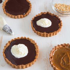 Voor de chocoladeliefhebber zijn deze caramel ganache taartjes ideaal. De taartjes zijn gemaakt van de cookiemix en daarna opgevuld met caramel en twee lagen chocolade ganache. Dit recept van FunCakes legt je stap voor stap uit hoe je deze kunt maken.