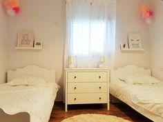 חדר משותף לאחיות תאומות חדר בגוונים בהירים  המקנה מראה נקי ומסודר