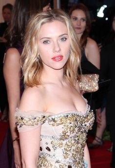 Scarlett Johanssons loose and messy curls