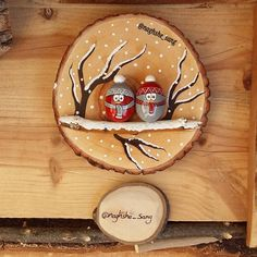 simple and easy, we want to see your creations left 😍 For more Join tindio community Christmas Pebble Art, Christmas Wood Crafts, Christmas Rock, Christmas Makes, Wooden Ornaments, Diy Christmas Ornaments, Diy Christmas Gifts, Christmas Decorations, Rock Crafts
