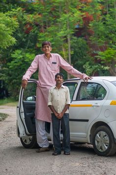 8 ft tall Dharmendra Pratap Singh stands against a car and a man in Meerut, India Giant People, Big People, Tall People, Big Men, Big Boys, Nephilim Giants, Giant Skeleton, Human Oddities, Tall Guys