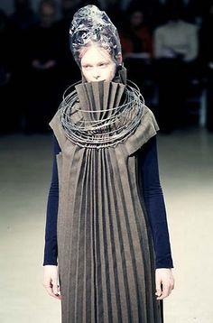 Junya Watanabe F/W 1998 Alien with roll of wire and clear plastic bag hat 3d Fashion, Weird Fashion, Fashion Details, Runway Fashion, High Fashion, Vintage Fashion, Fashion Design, Structured Fashion, Fashion Sketchbook