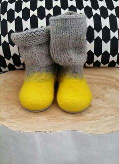 Ideas For Knitting Socks Children Yarns Felted Slippers Pattern, Knitted Slippers, Wet Felting, Needle Felting, Knitting Socks, Baby Knitting, Felt Boots, Wool Shoes, Felt Purse