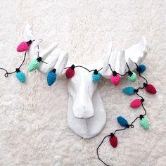 Crochet Christmas Lights Garland (via One Sheepish Girl) Diy Outdoor Weddings, Diy Wedding On A Budget, Christmas Lights Garland, Light Garland, Mason Jar Crafts, Mason Jar Diy, Easy Crafts To Sell, Popular Crafts, Diy Wedding Flowers