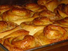 Ezt a süteményt, minden karácsony előtt postán kaptuk az édesanyám nagynénjétől. Élénken él bennem az emlék, ahogy kislányként, apukámmal sorban állunk a Lajos utcai postán és türelmetlenül várjuk, hogy átadja nekünk a postáskisasszony a csoda süteményt rejtő… Sticky Buns, Cinnamon, Sausage, French Toast, Muffin, Breakfast, Recipes, Food, Canela