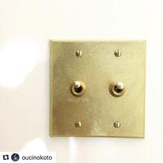#antryPS からご紹介。《MATUREWARE》の真鍮スイッチをお使いいただいています。左のスイッチには[KITCHEN]のネーム入り。どこのスイッチなのか一目瞭然な上に素敵。ネームはセミオーダーでお受けできますよ◎ ・ @oucinokoto さま、素敵な写真をご投稿いただき、ありがとうございます◎ ・ スイッチの詳細は、ウェブストアのカテゴリー>スイッチ・スイッチカバー>真鍮スイッチをご覧ください ・ ・ 《 #antryPS でブラスキーホルダー差し上げます 》 ・ \ 参加条件...