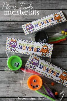 Halloween Play-Doh Monster Kits w/ Free Printable These adorable little Halloween Play-Doh Monster Kits are the perfect treat for the classroom this October or as favors for a Monster Birthday Party! Bonbon Halloween, Soirée Halloween, Halloween Class Party, Halloween Birthday, Holidays Halloween, Kindergarten Halloween Party, Halloween Treat Ideas For School, Halloween Goodie Bags, Halloween Decorations