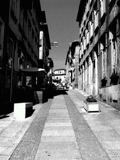 Boa tarde :D A rua 25 de Abril  em Arcos de #Valdevez  em modo p&b.  Mas mais cinzas e branco. - http://ift.tt/1MZR1pw -