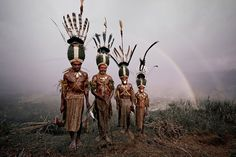 Kalam, Indonesia and Papua New Guinea - Portraits Of The World's Remotest Tribes Before They Pass Away by Jimmy Nelson Tribes Of The World, We Are The World, People Around The World, Around The Worlds, Arte Tribal, Tribal Art, Population Du Monde, Papua Nova Guiné, Arte Plumaria