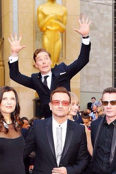 Bennedict Cumberbatch photobombing U2 at the Oscars. Adorble dork