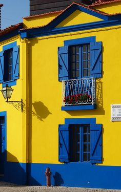 My World of Colours Colourful Buildings, Beautiful Buildings, World Of Color, Color Of Life, Mellow Yellow, Blue Yellow, Fachada Colonial, Pintura Exterior, Blue Building
