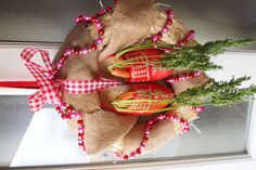 Carrots for Zwarte Piet's horse in hopes of gifts from St. Nicholas ( put this wreath out on December 5 in the evening ) Winter Christmas, 12 Days Of Christmas, Christmas Wreaths, Diy Wreath, Burlap Wreath, Handmade Crafts, Diy Crafts, Saint Nicholas, Art For Kids