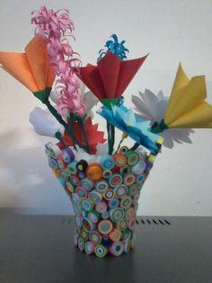 Vaso di fiori con strisce di carta