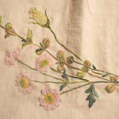 #국화 시들지 않겠지.. 빛 바래지지도 않겠지.. #embroidery  #프랑스자수  #연두공방  #handstitched  #자수타그램  #자수 #needleart