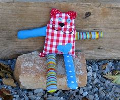 Free pattern and tutorial for sewing Bernie the Cat, an easygoing and carefree cat who knows how to enjoy the life. Great way to use colorful fabric scraps.