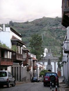 Improve your conversational skills in Spanish fast. (photo: Colonial architecture in Gran Canaria) Colonial Architecture, Foreign Language, Languages, Places To Travel, Improve Yourself, Spanish, Mansions, House Styles, Nature