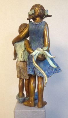 David & Sophie  Bronzen beeld van  Babke Moelee Sculptures Céramiques, Sculpture Clay, Garden Sculpture, Hot Glue Art, Statues, Art Plastique, Clay Art, Ceramic Art, Metal Art