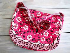 See my full disclosure policy here . This Messenger Bag tutorial was a part of the Bag Lady Series over at The Ribbon Retreat . Purse Patterns Free, Bag Patterns To Sew, Sewing Patterns, Handbag Patterns, Free Pattern, Crochet Patterns, Childrens Purses, Felt Keyring, Large Messenger Bags