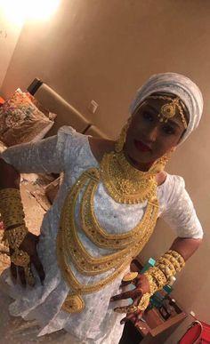 Malian Fashion bazin #Malifashion #Malianfashion #bazin #Africanfashion #Westafricanfashion #Mali #Bamako #malianwomenarebeautiful #dimancheabamako #mussoro #malianwedding #bazinriche #malianbride #lesmaliennesontbelles #lesafricainessontbelles #brodé #brocade #teinture #gala #waxoutfits #ankara #dalifini #vlisco #getzner Muslimah Wedding Dress, Arabic Jewelry, Bridal Hair Buns, Indian Wedding Jewelry, Bridal Jewelry, Africa Dress, Gold Jewelry Simple, Gold Jewellery Design, African Fashion Dresses