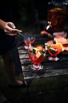 Was mich diesen Sommer besonders freut? Dass es der Spritz wieder auf die Trendgetränk Liste der Bars, Biergärten und Beachclubs geschafft hat. Aber mal ehrlich, warum war er da überhaupt mal von der Liste verschwunden? Eine Schorle (wie ein Spritz von manchen genannt wird) gehört einfach zu einem lauen Sommerabend, einem Grillfest oder einem Strandtag dazu. Erfrischend, ein bißchen boozy und einfach Sommer pur!