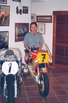 barry at home in australia Motorcycle Racers, Motorcycle Art, Racing Motorcycles, Famous Stars, Old Bikes, Road Racing, World Championship, Motogp, Lynyrd Skynyrd