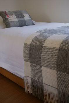Emma - Almacén de cosas lindas: Mantas & Cojines Weaving Textiles, Weaving Art, Loom Weaving, Hand Weaving, Weaving Designs, Weaving Projects, Weaving Patterns, Loom Blanket, Knitted Blankets