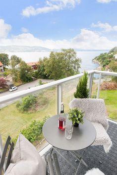 Velkommen til Fagernes! Leiligheten har en ypperlig plassering med flott utsikt mot Askøy og den vakre innseilingen til Bergen. Det er gode solforhold på egen balkong og felles takterrasse med praktfull panoramautsikt. På både egen terrasse og takterrassen er det meget sen kveldssol som til slutt forsvinner over Askøy. Her er det utmerket å nyte varme sommerdager og vakre solnedganger på sommer...