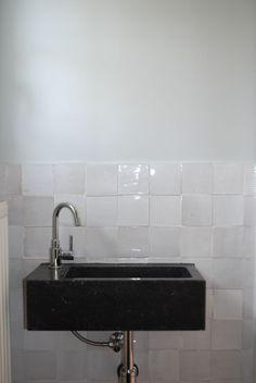 Zelliges, authentieke handgekapte tegels uit het Middellandse zee gebied, in prachtige grijze, zwarte of andere kleuren, die uw keuken Tiny Bathrooms, Modern Cottage, Double Vanity, Home Projects, Tile Floor, Tiles, Sweet Home, Bathtub, Living Room
