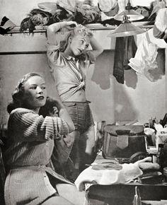 Aart Klein - Girls, doing their hair, 1946.