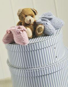 De første sko til baby strikkes i retstrik