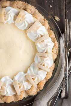 Classic Banana Cream Pie - flaky crust, sweet cream filling, and sliced bananas, you'll be in heaven! Funnel Cakes, Cream Pie Recipes, Cake Recipes, Köstliche Desserts, Delicious Desserts, Lemon Desserts, Plated Desserts, Harry Potter Torte, Dessert Crepes