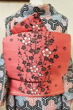 Cherry blossom obi with geometric pattern kimono Japanese Textiles, Japanese Patterns, Japanese Fabric, Dinner Outfits, Outfits Casual, Furisode Kimono, Kimono Fabric, Look Kimono, Kimono Dress