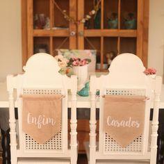 Palha+-+Placa+Cadeira+Flâmula+de+tecido+-+Use+nas+cadeiras+e+também+na+decoração! Produto: Placas+para+cadeira+estilo+flâmula.+Acompanha+fio+à+escolher+na+compra.+Estampas+exclusivas+CHIC+no+Último®. O+valor+compõe+as+duas+placas.Texto+disponível+para+escolha+no+momento+da+compra.Onde+usar? Pode+ser+usado+nas+cadeiras+dos+noivos,+como+decoração+ou+também+no+making+of.