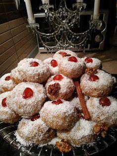 Υπέροχο γλυκάκι, γευστικότατο σιροπιαστό και νηστίσιμο - Μεθυσμένα ινδοκάρυδα με γέμιση καρύδι Gingerbread Cookies, Doughnut, Biscuits, Cooking, Breakfast, Desserts, Food, Cakes, Gingerbread Cupcakes