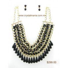 Set de collar y aretes en tono dorado con detalles en color negro estilo 30325