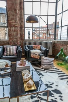 n industrial loft design was meant for an artist and it combines the best of both worlds. A living area and a workshop. This industrial interior loft is a wonde New York Loft, Ok Design, House Design, Lamp Design, Shelf Design, Design Ideas, Free Design, Design Trends, Moderne Lofts